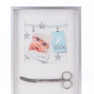 Geboorteschaar ingelijst met geboortekaartje